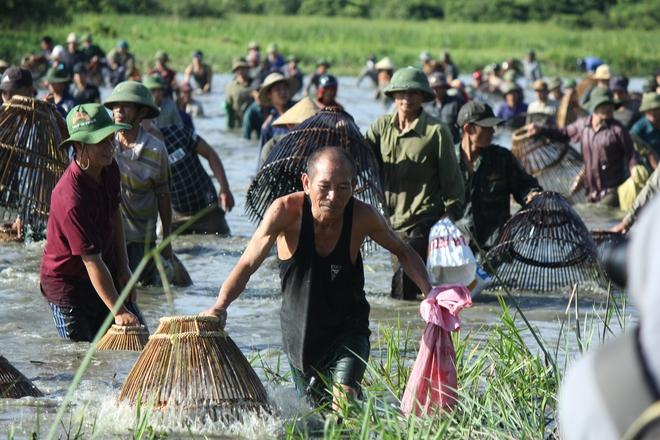 Hà Tĩnh: Hàng trăm người đội nắng xuống đầm bắt cá để cầu may - Ảnh 10.