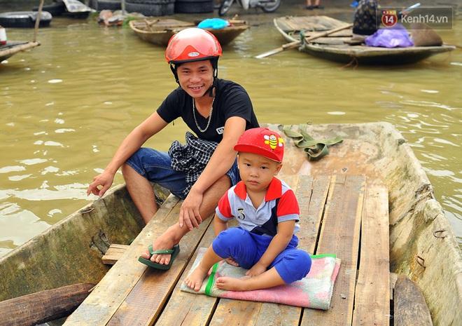 Chùm ảnh: Kiếm bộn tiền từ việc chèo đò qua điểm ngập nặng trong đợt lụt lịch sử tại Ninh Bình - ảnh 10