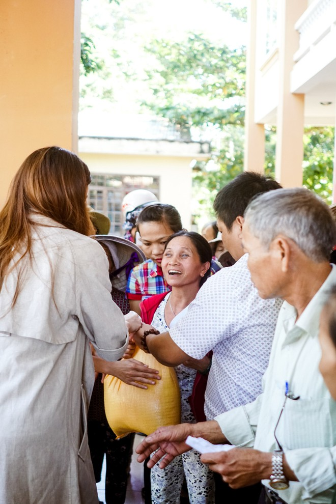 Hồ Ngọc Hà cùng mẹ về miền Trung hỗ trợ bà con sau bão Damrey - Ảnh 8.