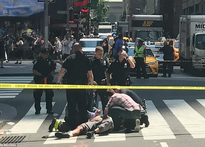 Nạn nhân nằm la liệt sau vụ xe điên lao vào đám đông ở Quảng trường Thời Đại - Ảnh 10.