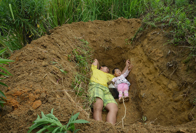 Biết con gái chẳng còn sống được bao lâu, ông bố trẻ nuốt nước mắt tự tay đào mồ cho con dần thích nghi - Ảnh 1.