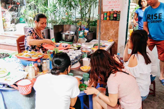 Quán ốc đặc biệt ở Hà Nội: Suốt 20 năm chủ và nhân viên không nói với khách một lời - Ảnh 2.