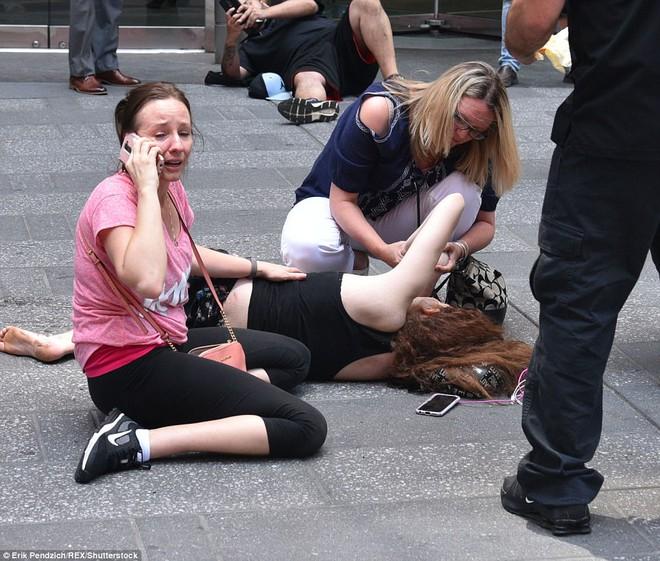Nạn nhân nằm la liệt sau vụ xe điên lao vào đám đông ở Quảng trường Thời Đại - Ảnh 7.