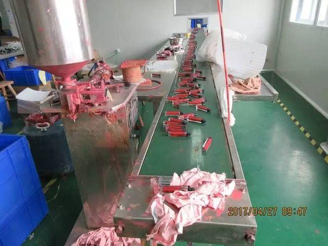 """- 12 1498471116410 - Rất nhiều thể loại mỹ phẩm """"ngoại nhập"""" hay """"xách tay"""" đi ra từ xưởng sản xuất kinh hoàng như thế này!"""