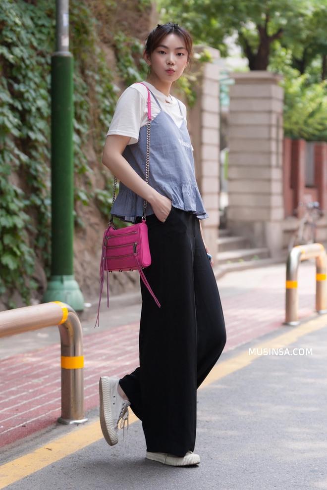 """Chỉ là dạo phố nhưng các bạn trẻ Hàn vẫn mix đồ đẹp """"quá đáng"""""""