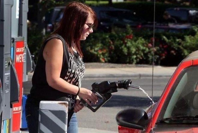 16 khoảnh khắc chứng tỏ bán xăng cho phụ nữ đúng là tội ác của nhân loại - Ảnh 9.