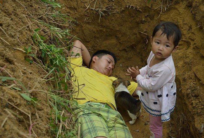Biết con gái chẳng còn sống được bao lâu, ông bố trẻ nuốt nước mắt tự tay đào mồ cho con dần thích nghi - Ảnh 2.
