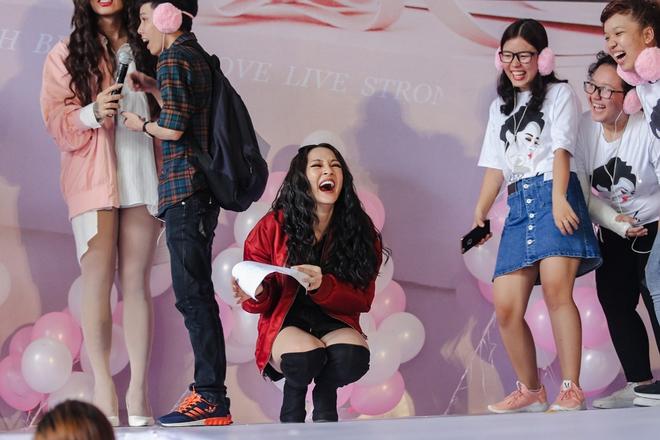 Mặc trưa nắng nóng, người hâm mộ vẫn vây kín sân khấu cổ vũ Bảo Anh nhiệt tình tại fan meeting - ảnh 7