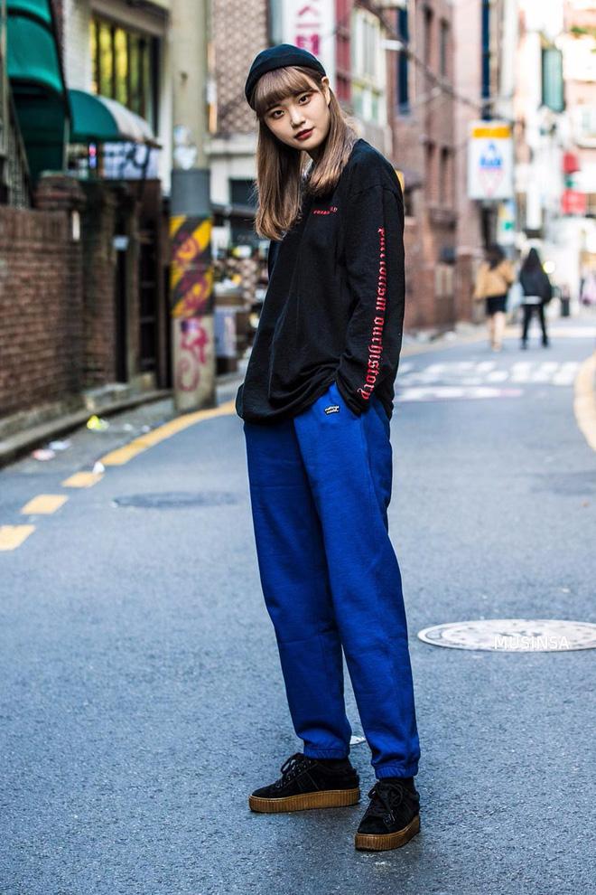 Ngắm street style màu mè nhưng chất lừ của giới trẻ Hàn, bạn sẽ học được chân kinh mặc đơn giản mà vẫn đẹp mê ly - Ảnh 12.