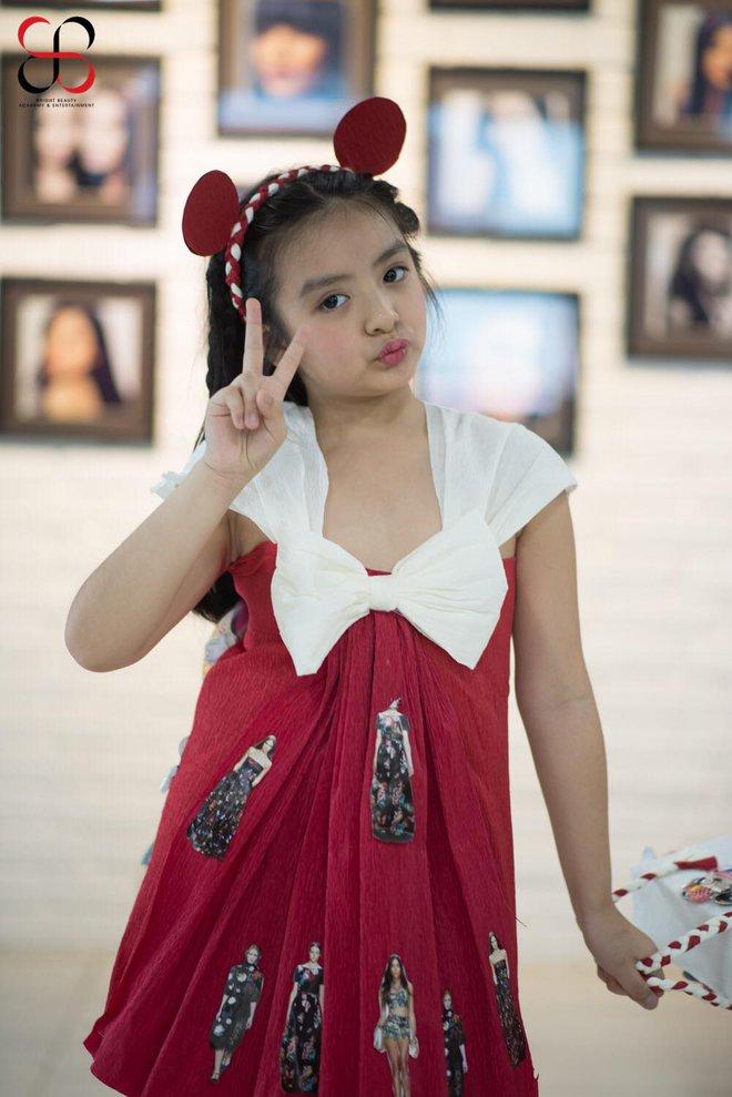 Tự tin catwalk, con gái 9 tuổi của siêu mẫu Thuý Hằng gây chú ý vì cực giống Kaity Nguyễn - Ảnh 5.