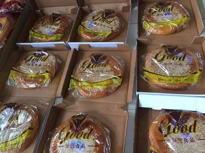 Dân mạng phát sốt với bánh Trung thu gắn mác Hong Kong, to như chiếc Pizza giá chỉ 50.000 đồng ở Hà Nội - Ảnh 2.