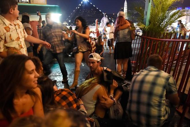 Cả showbiz rúng động vì vụ xả súng ở lễ hội âm nhạc khiến 50 người chết, 200 người bị thương - Ảnh 1.