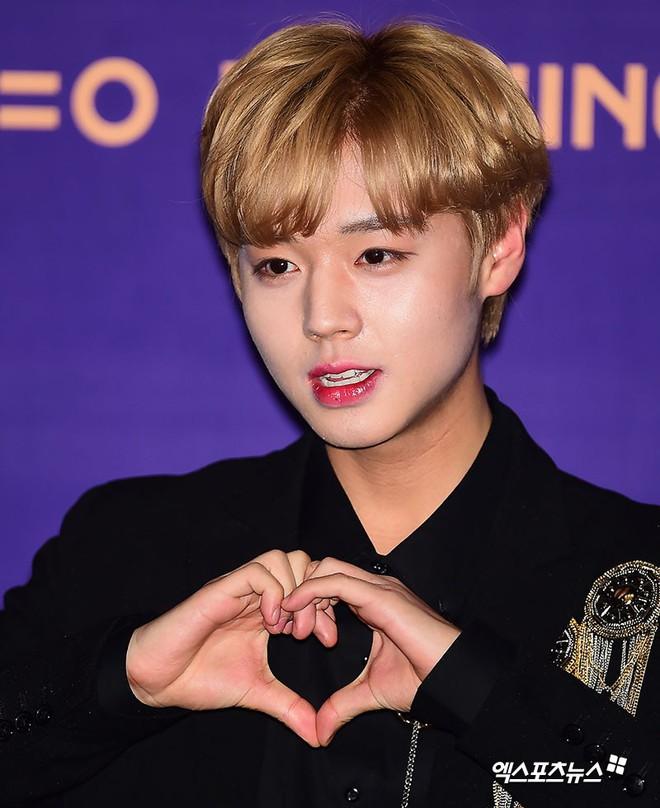 Trai đẹp Wanna One đồng loạt khoe mặt trắng loang lổ, nhưng kéo đến ảnh của Dispatch thì đúng là cạn lời - ảnh 2