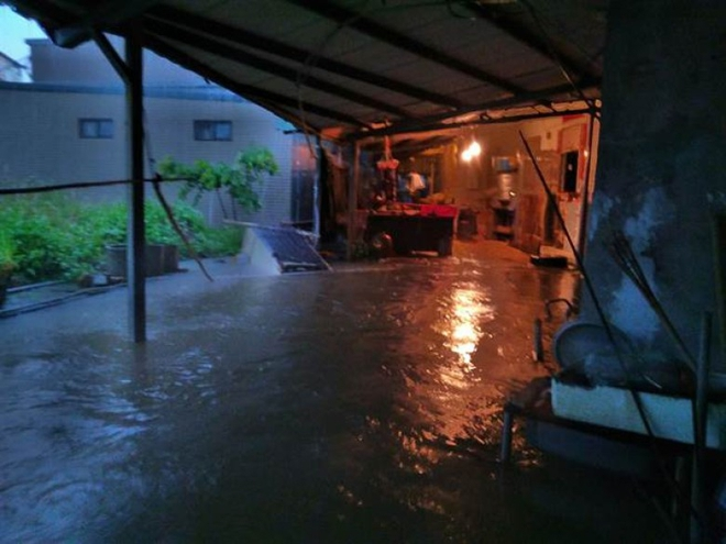 Người dân Đài Loan chật vật đối mặt với ngập úng khắp nơi bởi trận mưa lớn kỷ lục trong 17 năm qua 8