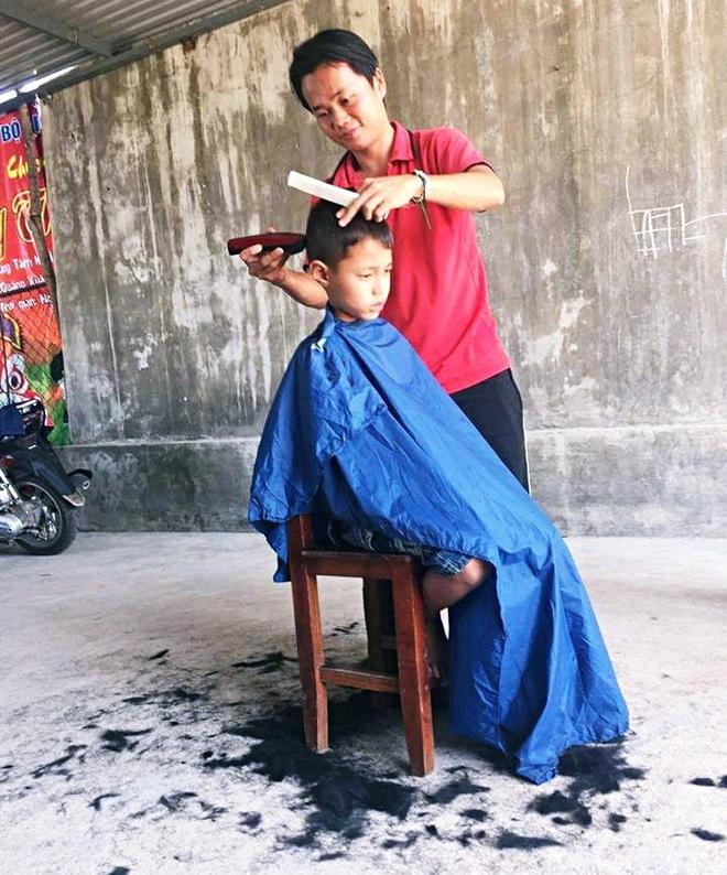 Chàng trai đạp xe xuyên Việt để cắt tóc miễn phí cho người nghèo trong suốt 1 năm - Ảnh 8.