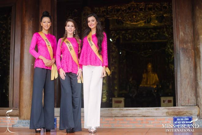 Thí sinh Miss Grand International 2017 duyên dáng trong tà áo bà ba vãn cảnh chùa - Ảnh 5.