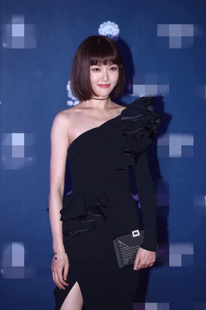 Thảm đỏ Hoa Đỉnh 2017: Chân gầy khẳng khiu, Đường Yên vẫn cân dàn mỹ nhân Cbiz nhờ nhan sắc ngọt ngào - Ảnh 1.