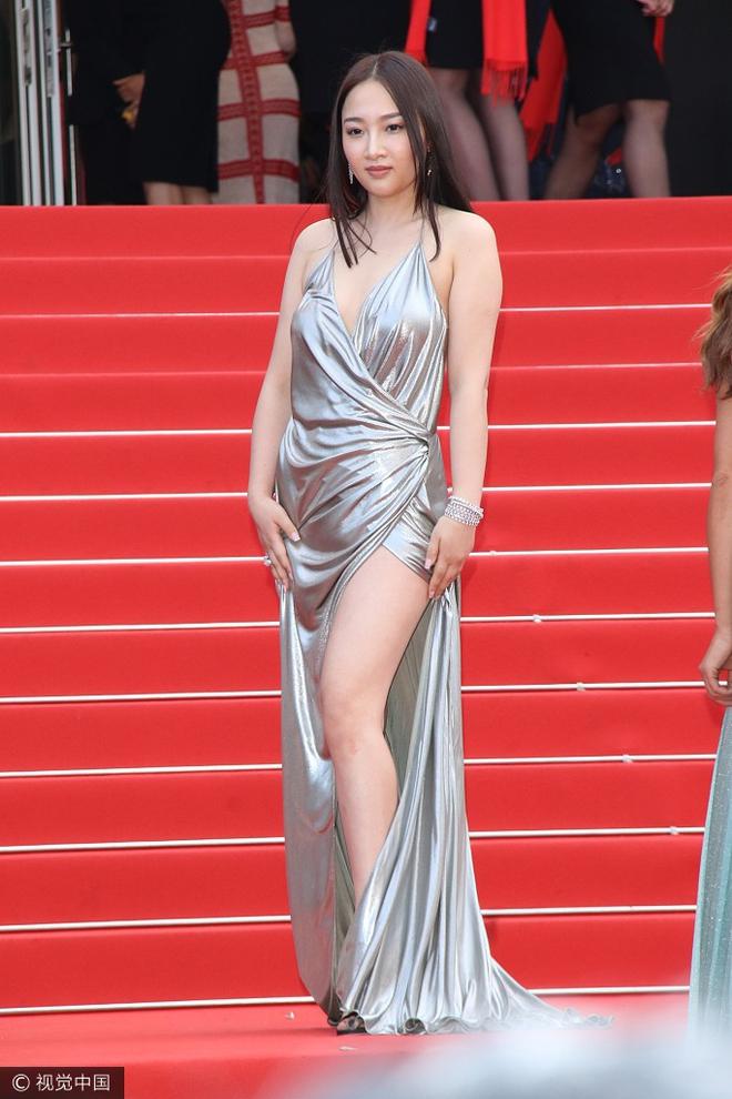 Người đẹp vô danh Cbiz tiếp tục bon chen thảm đỏ Cannes, tự biến mình thành Bella phien bản lỗi - Ảnh 1.