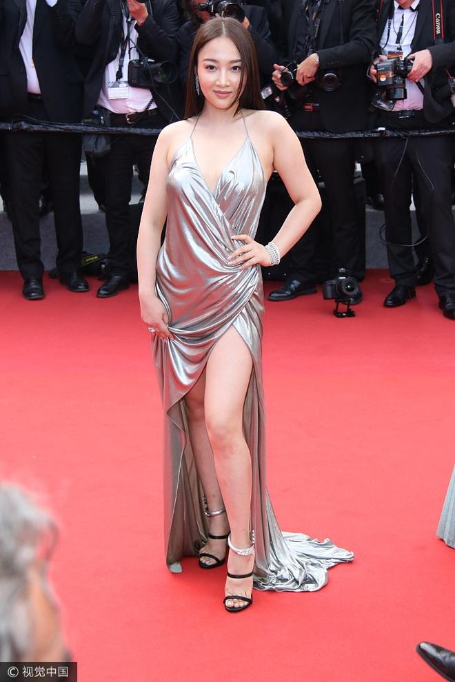 Người đẹp vô danh Cbiz tiếp tục bon chen thảm đỏ Cannes, tự biến mình thành Bella phien bản lỗi - Ảnh 3.