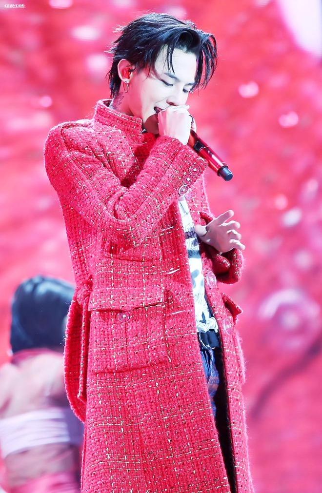 Loạt ảnh siêu ảo từ concert G-Dragon: Lúc chất phát ngất, lúc cười tít mắt, áo trễ hở ti - Ảnh 6.