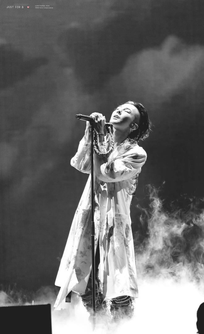 Loạt ảnh siêu ảo từ concert G-Dragon: Lúc chất phát ngất, lúc cười tít mắt, áo trễ hở ti - Ảnh 41.