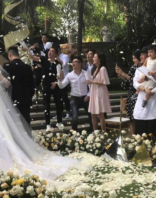 Đám cưới nhà người ta nhưng netizen chỉ chú ý đến đôi bạn thân Triệu Vy - Tô Hữu Bằng lâu lắm mới hội ngộ - Ảnh 4.