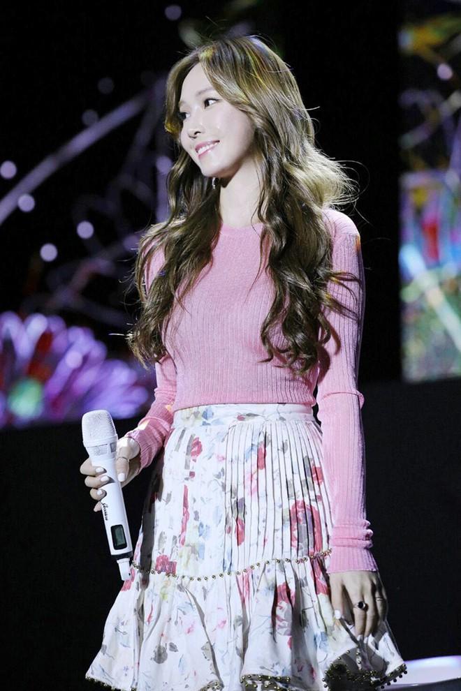 Không dùng mic chương trình, Jessica mang theo chiếc mic ruột 1,3 tỷ đồng đến Việt Nam biểu diễn - Ảnh 5.
