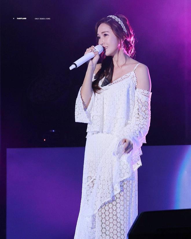 Không dùng mic chương trình, Jessica mang theo chiếc mic ruột 1,3 tỷ đồng đến Việt Nam biểu diễn - Ảnh 6.