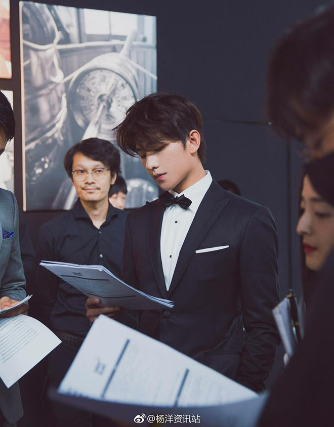 Góc nghiêng lịch lãm chuẩn soái ca, trai đẹp Dương Dương khiến trái tim fan nữ rung rinh - Ảnh 2.