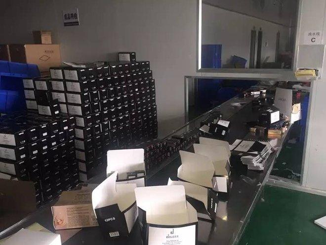 """- 18 1498471116425 - Rất nhiều thể loại mỹ phẩm """"ngoại nhập"""" hay """"xách tay"""" đi ra từ xưởng sản xuất kinh hoàng như thế này!"""