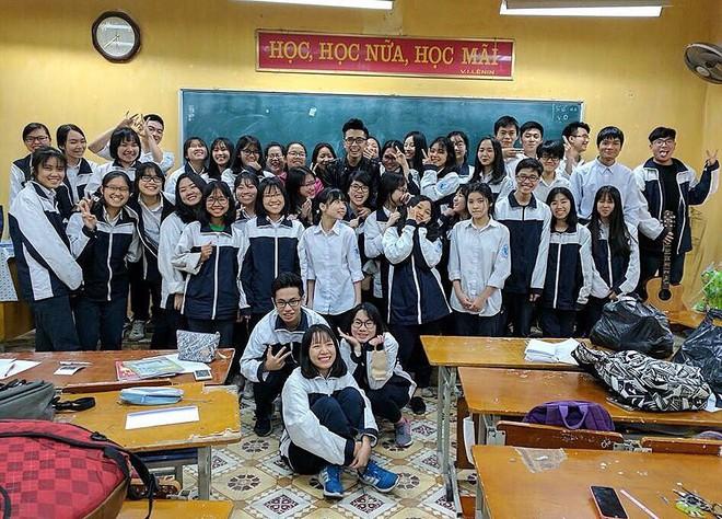 """Thầy giáo Việt đẹp trai hơn hot boy làm chao đảo MXH: """"Có thầy, mỗi ngày đến trường đều là một ngày vui"""""""