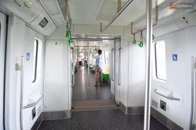 Bên trong đoàn tàu đường sắt trên cao đầu tiên của tuyến đường sắt Cát Linh - Hà Đông. - ảnh 7