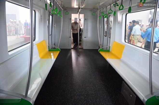 Bên trong đoàn tàu đường sắt trên cao đầu tiên của tuyến đường sắt Cát Linh - Hà Đông. - ảnh 8