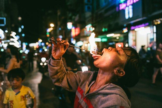Người mẹ ngậm dầu phun lửa mỗi đêm ở phố Tây Bùi Viện để kiếm tiền nuôi 2 con ăn học - Ảnh 12.