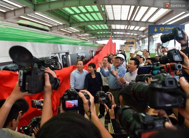 Bên trong đoàn tàu đường sắt trên cao đầu tiên của tuyến đường sắt Cát Linh - Hà Đông. - ảnh 2