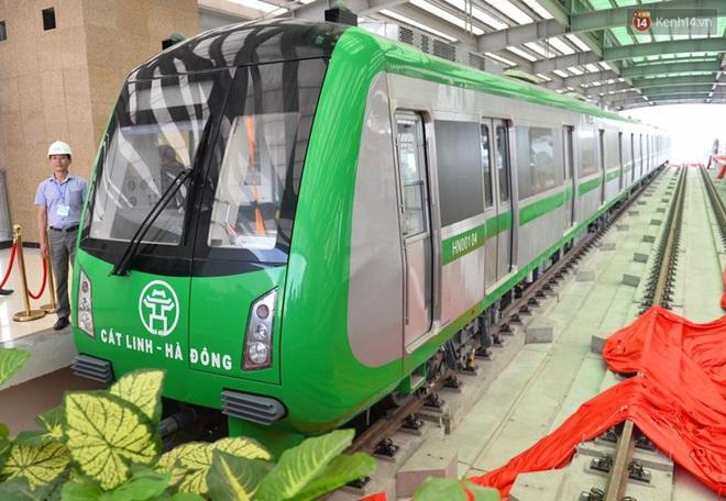 Bên trong đoàn tàu đường sắt trên cao đầu tiên của tuyến đường sắt Cát Linh - Hà Đông. - ảnh 6