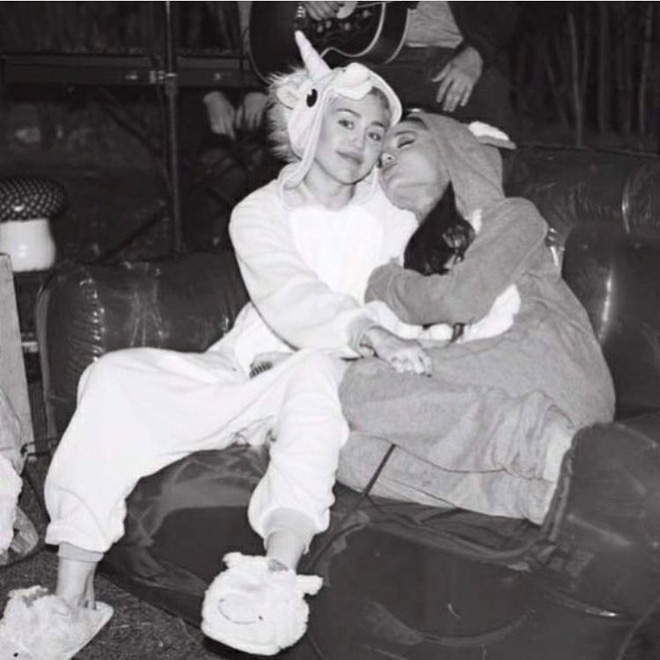 Miley Cyrus và fan khắp thế giới cầu nguyện cho Ariana Grande vượt qua khủng hoảng - Ảnh 1.
