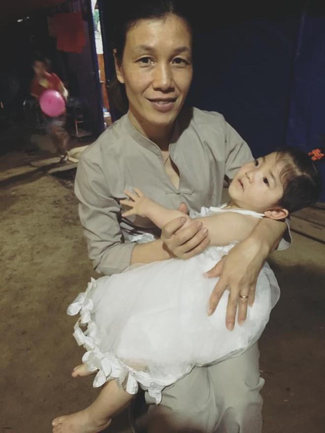Mẹ nuôi 9x tổ chức sinh nhật hoành tráng cho em bé Lào Cai, tiết lộ người chăm sóc bé thật sự - Ảnh 4.