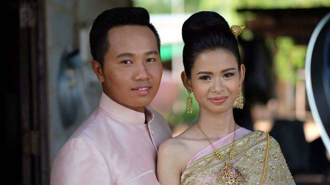 Cô dâu chú rể méo mặt vì thuê nhầm thợ trang điểm 'dởm' trong ngày cưới 8
