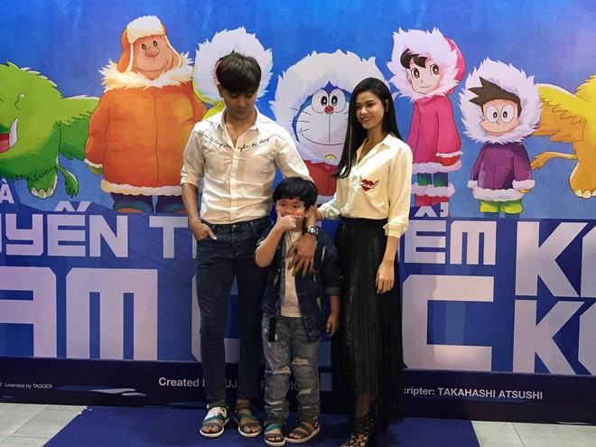 Tim và Trương Quỳnh Anh dẫn con đi xem phim giữa lùm xùm ly hôn - Ảnh 1.