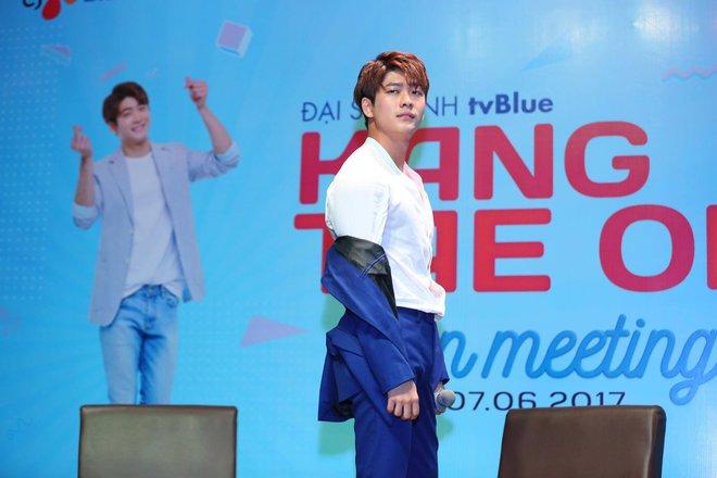 Kang Tae Oh phồng má, chu môi chiều fan Việt cực nhiệt tình - Ảnh 7.