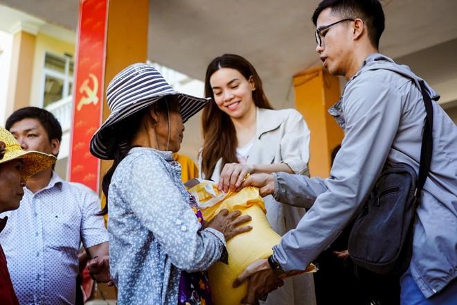 Hồ Ngọc Hà cùng mẹ về miền Trung hỗ trợ bà con sau bão Damrey - Ảnh 17.