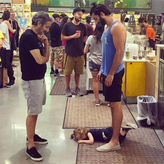 Con nằm khóc lóc trên sàn, người cha nổi tiếng mặc kệ để rồi cho mọi người thấy bài học cuộc sống ý nghĩa - Ảnh 1.