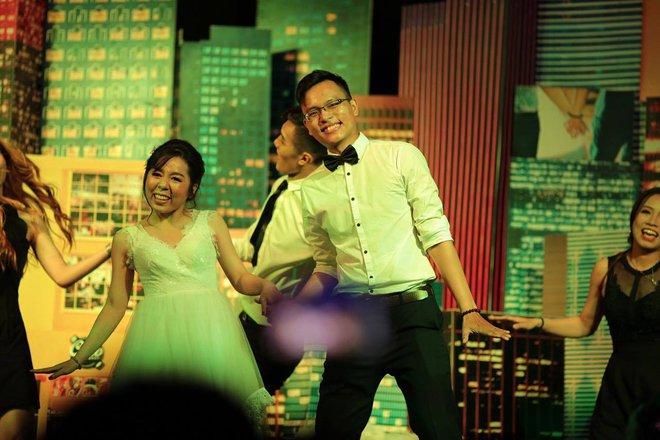 Đám cưới dễ thương nhất ngày: Cô dâu, chú rể hóa thân thành những vũ công, quẩy nhiệt tình ngay trên lễ đường - Ảnh 6.