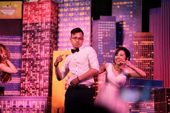 Đám cưới dễ thương nhất ngày: Cô dâu, chú rể hóa thân thành những vũ công, quẩy nhiệt tình ngay trên lễ đường - Ảnh 5.