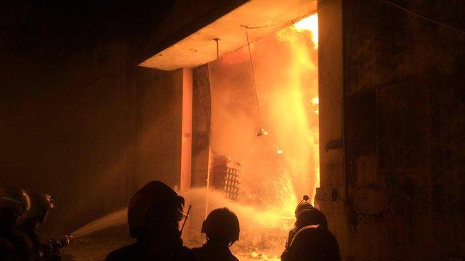 Cháy lớn kèm nhiều tiếng nổ trong nhà kho ở cảng Sài Gòn - Ảnh 8.