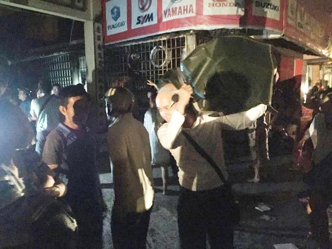 Vụ cháy nổ tại cảng Sài Gòn: Người già trẻ nhỏ hối hả ôm tài sản chạy ra ngoài, chờ dập lửa - Ảnh 5.