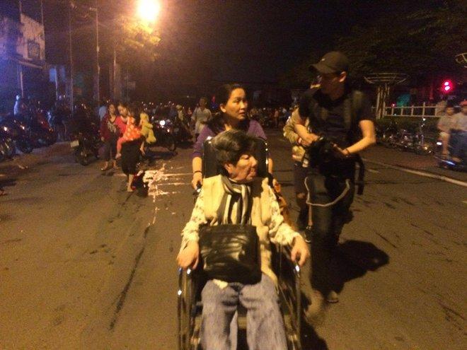 Vụ cháy nổ tại cảng Sài Gòn: Người già trẻ nhỏ hối hả ôm tài sản chạy ra ngoài, chờ dập lửa - Ảnh 1.