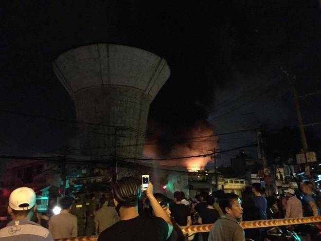 Vụ cháy nổ tại cảng Sài Gòn: Người già trẻ nhỏ hối hả ôm tài sản chạy ra ngoài, chờ dập lửa - Ảnh 6.