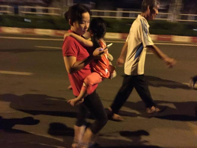Vụ cháy nổ tại cảng Sài Gòn: Người già trẻ nhỏ hối hả ôm tài sản chạy ra ngoài, chờ dập lửa - Ảnh 2.